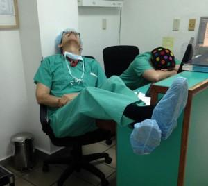 medicos-durmiendo-exceso-trabajo-yo-tambien-mi-dormi-2